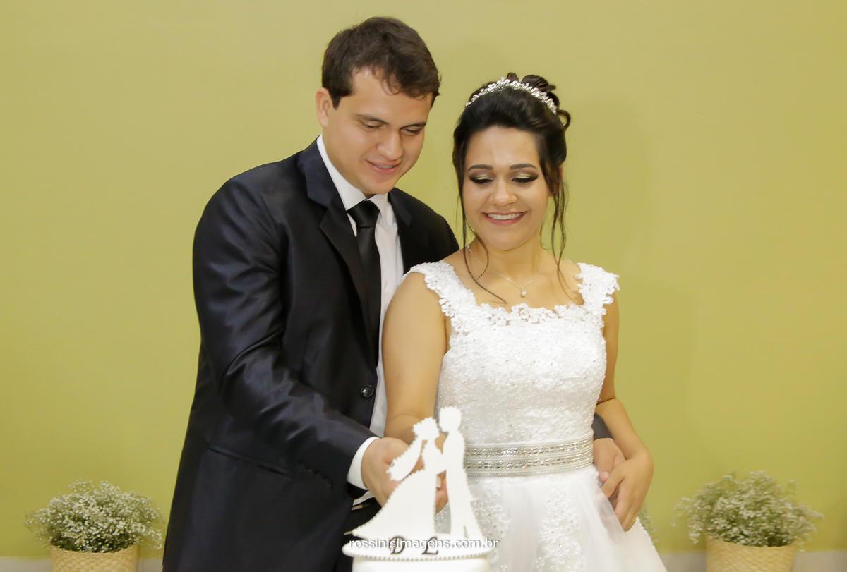 fotografo de casamento rossini's imagens, noivos na mesa do bolo simulação de corte do lindo bolo de casamento, Daiane e Lucas, Lucas e Daiane
