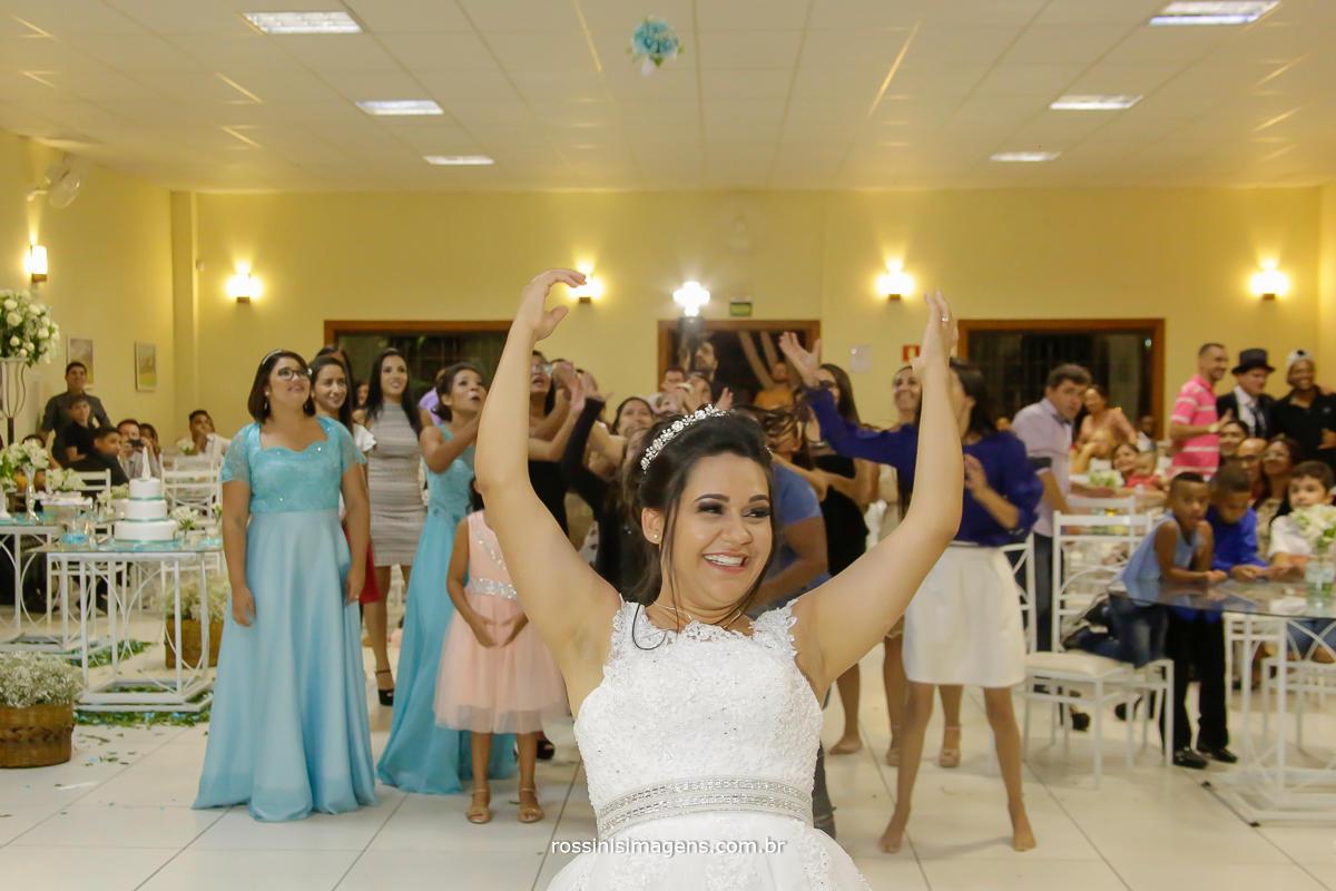 fotografo de casamento noiva jogando o buquê, novidade na hora do buquê, rossini's imagens foto e video em suzano sp