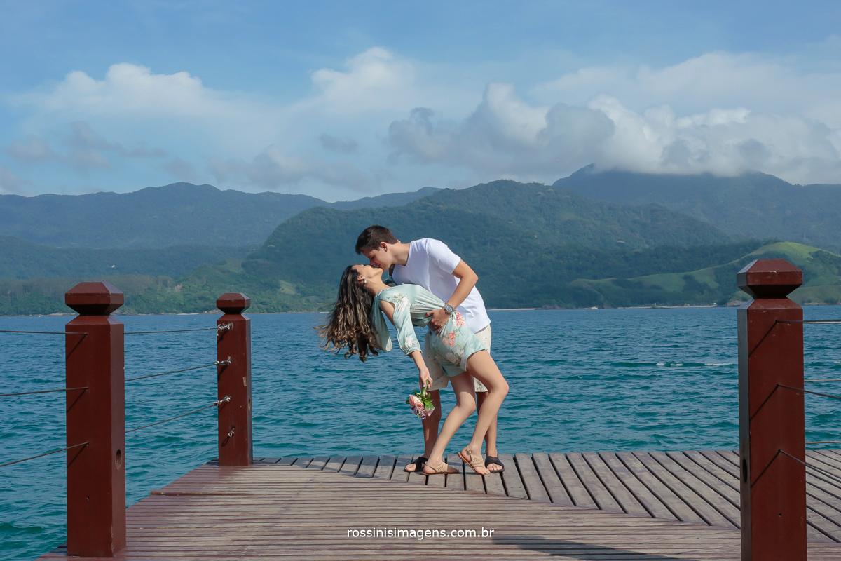 fotografo de ensaio em Ilhabela sp casal Thais e  Alexandre no pier da praia