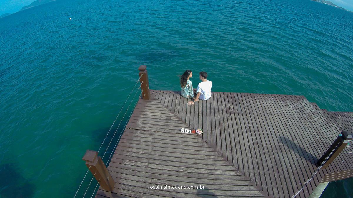fotografia aérea do ensaio fotográfico Thais e Alexandre em Ilhabela sp, fotografo de casamento em praia, fotografo de casamento em Ilhabela