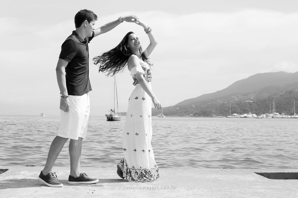 casal dançando em alto mar, fotografia de casamento em Ilhabela, sessão de fotos em praia sp, casal Alexandre e Thais pre wedding