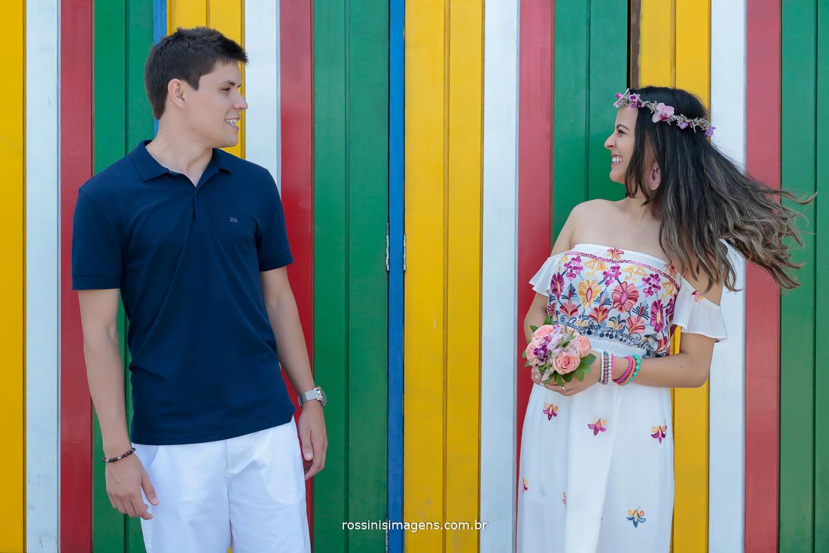 fotografia de casal se olhando descontraidamente, e muito felizes, ensaio em Praia, Ensaio em Ilhabela sp, Rossini's imagens, fotografia em Ilhabela