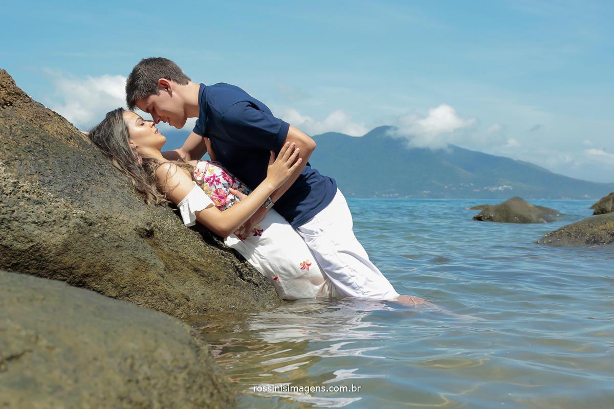 fotografia de ensaio pre casamento na praia, noivos na água do mar, Rossini's Imagens. fotografia e filmagem, fotografia e video, rossinis imagens, pre wedding, pre casamento