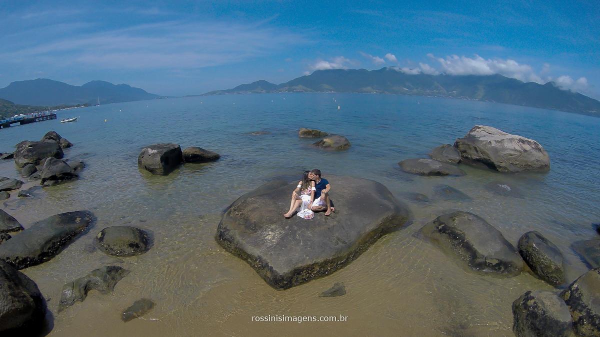 fotografia aérea do casal Thais e Alexandre em seu ensaio pre casamento na praia de Ilhabela - sp, um lindo e maravilhoso dia para ensaio, realizado por rossinis imagens