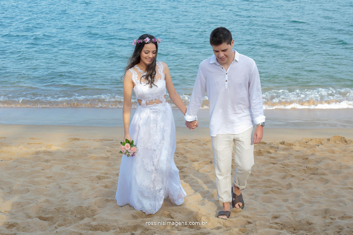 entrada dos noivos para o cerimonial de casamento, noivos na praia, wedding day, beach wedding