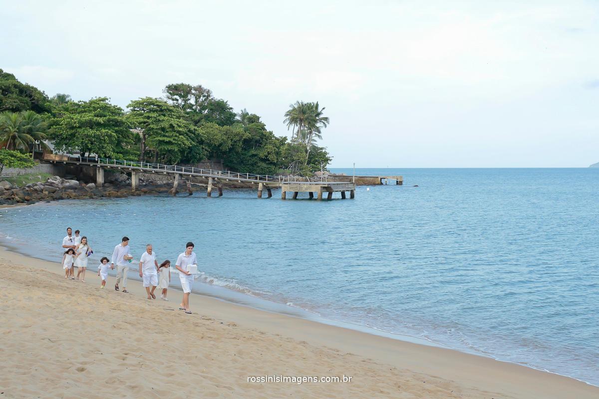 fotografia dos convidados, pais e padrinhos chegando para a cerimonia de casamento a beija mar, pé na areia, casamento em Ilhabela sp, Rossini's Imagens
