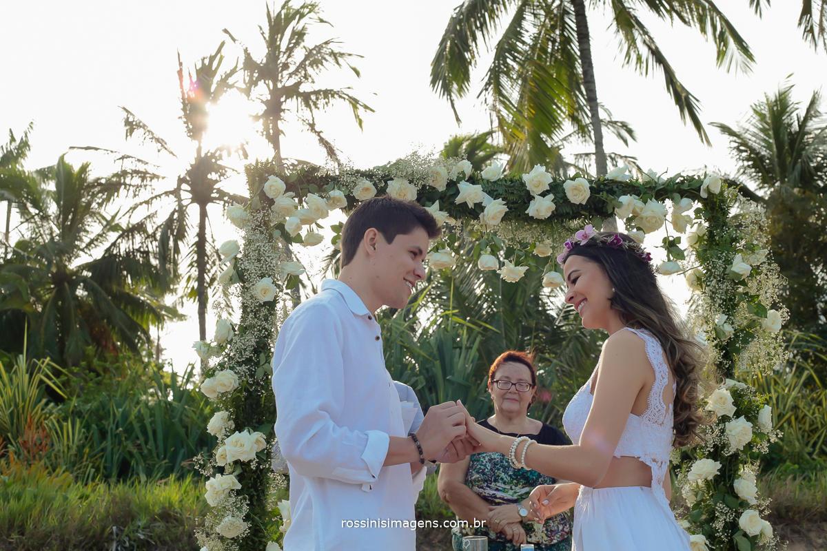 foto e video em Ilhabela, casamento Thias e Ale na praia da Feiticeira em Ilhabela - SP, um lindo e Fantástico casamento, cheio de detalhes, noivo colocando a aliança