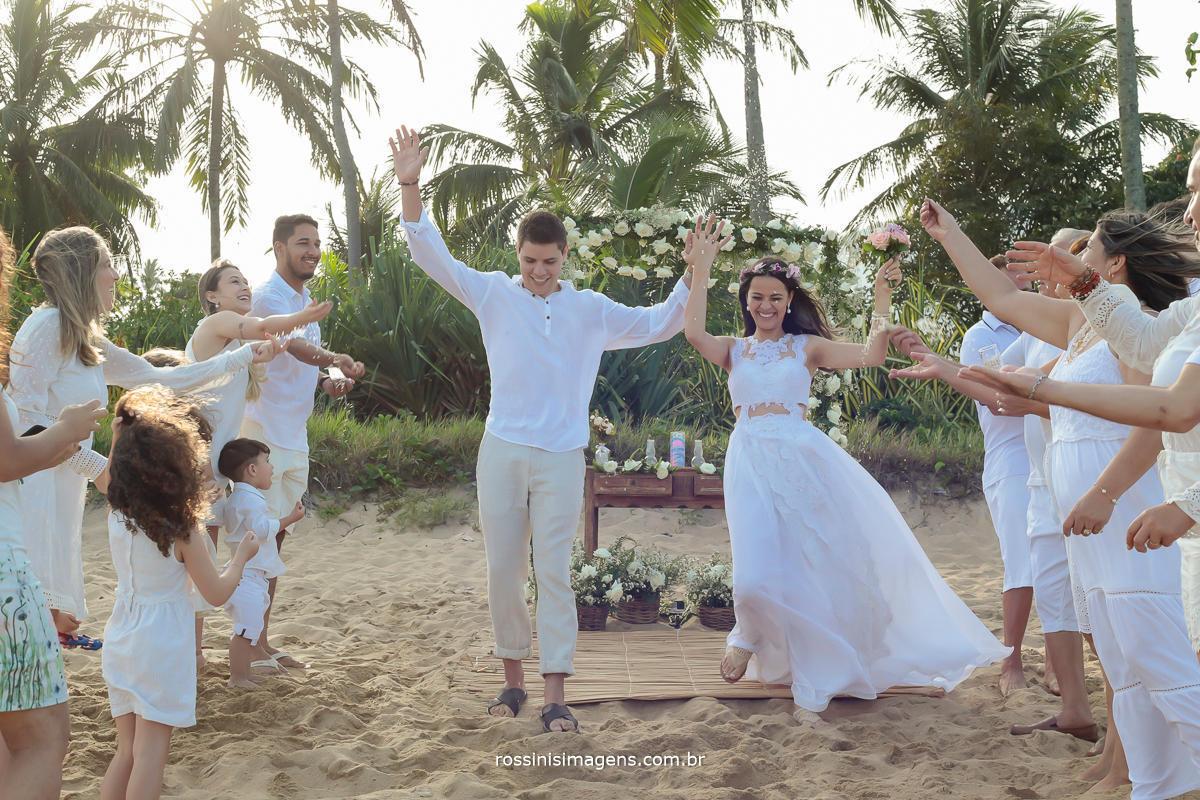 saída dos recém casados Thais e Alexandre saindo muito animados e felizes, com direito a chuva de pétalas, arros