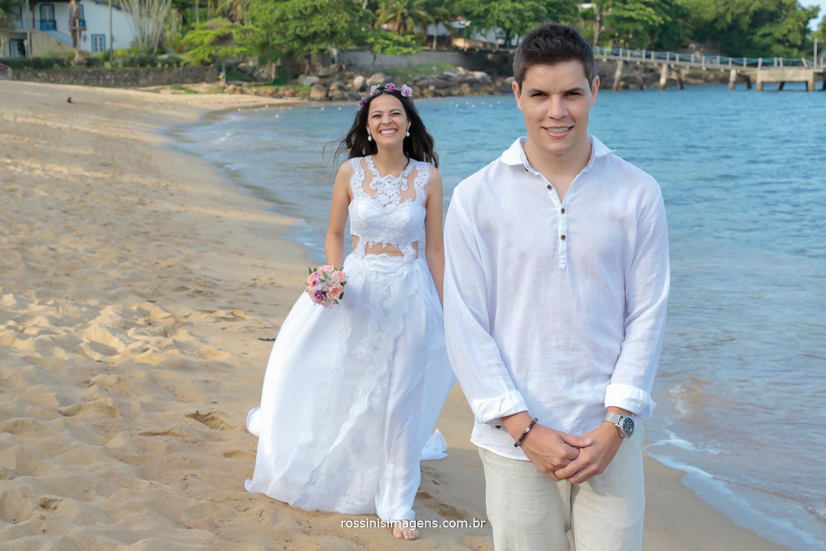 chegada da noiva e noivo de costas para não ver a noiva ate o inicio do cerimonial, casamento pé na areai, Thais e Alexandre em Ilhabela