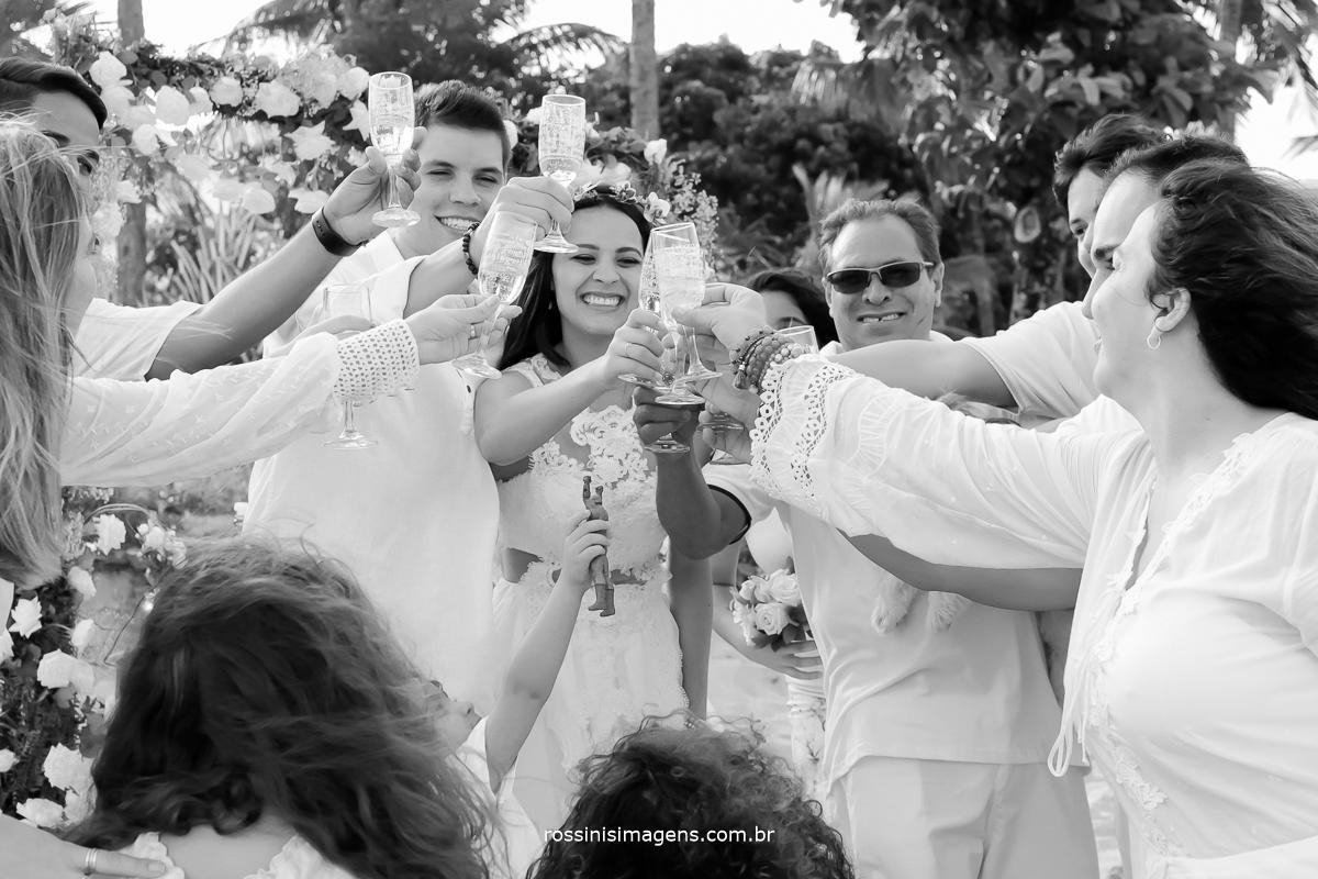 fotografia de casamento, o brinde dos noivos com os pais e padrinhos, muita emoção e muita festa, fotografia e video de casamento, fotografo e videomaker de casamento em praia, wedding em Ilhabela sp