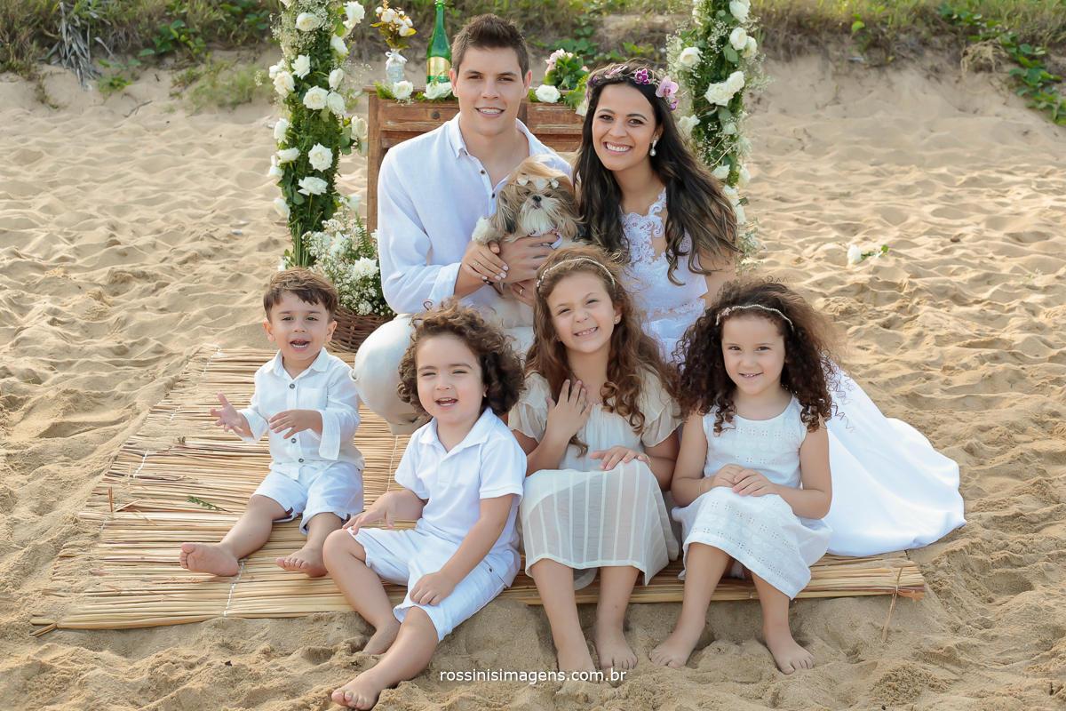 fotografia das crianças com os noivos e o pet que entrou com as alianças, no casamento na praia, pé na areai, incrível casamento na praia