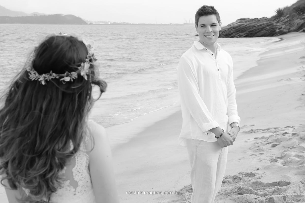 o primeiro olhar, no dia do casamento na praia, Noivos Felizes e realizados, celebrando o casamento civil na praia em Ilhabela - SP