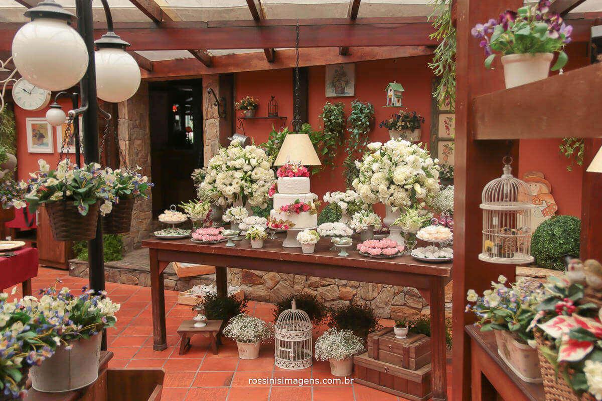 mesa do bolo no restaurante era uma vez um chalezinho localizado no morumbi sp, rossinis imagens no casamento de thais e alexandre