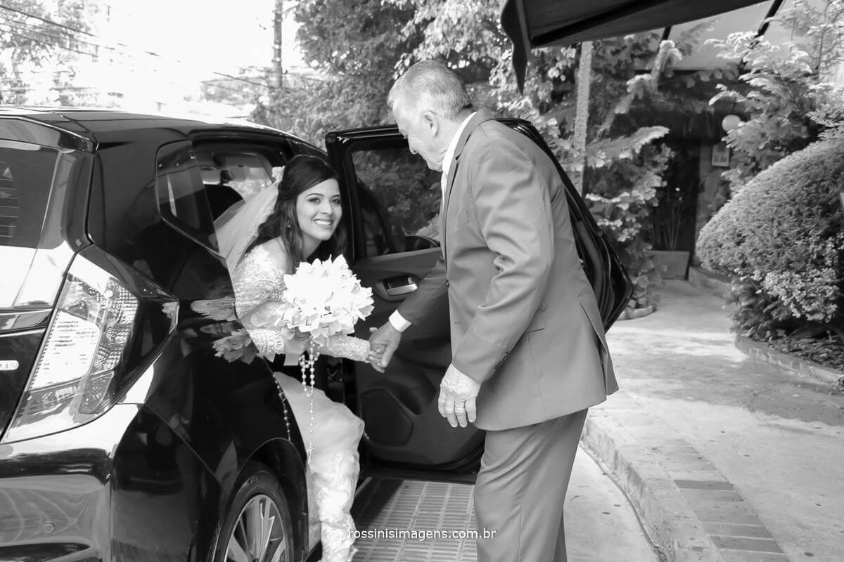 fotografo de casamento em são paulo, pai abrindo a porta do carro para a noiva sair e direção ao cerimonial, Rossinis imagens fotografia e vídeo de casamento, noiva saindo do carro