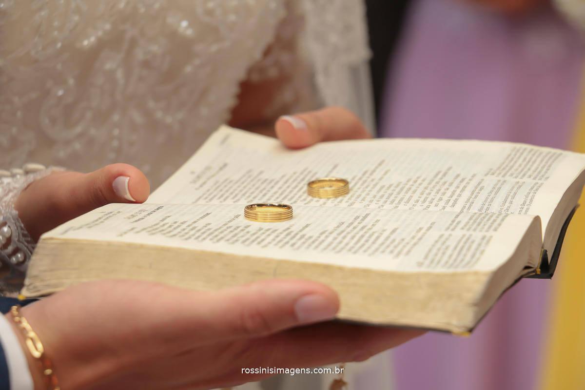 fotografia das alianças em cima da sagrada bíblia, fotografo de casamento em suzano, em mogi das cruzes, em arujá, em são paulo, Rossinis imagens fotografia e video de casamento, alianças