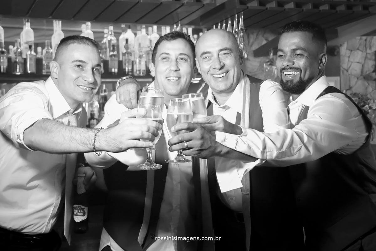 fotografia de casamento convidados muito animados e brindando o casamento de Thais e Alexandre, viva, com muita saúde, convidados que se divertiram na festa de casamento