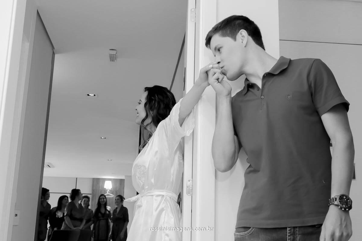 fotografia e video de casamento, noivo visita noiva no making of para deixar um recadinho de beijo na mão da noiva