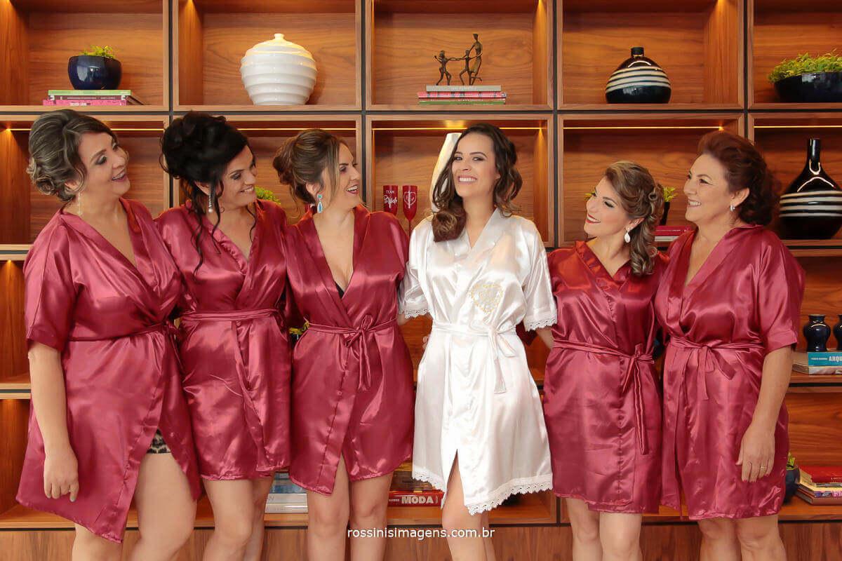 fotografia de casamento noiva com a mae, sogra e madrinhas no making of dia da noiva, todas de robe personalizado, Rossinis Imagens - Fotografia e Video de Casamento
