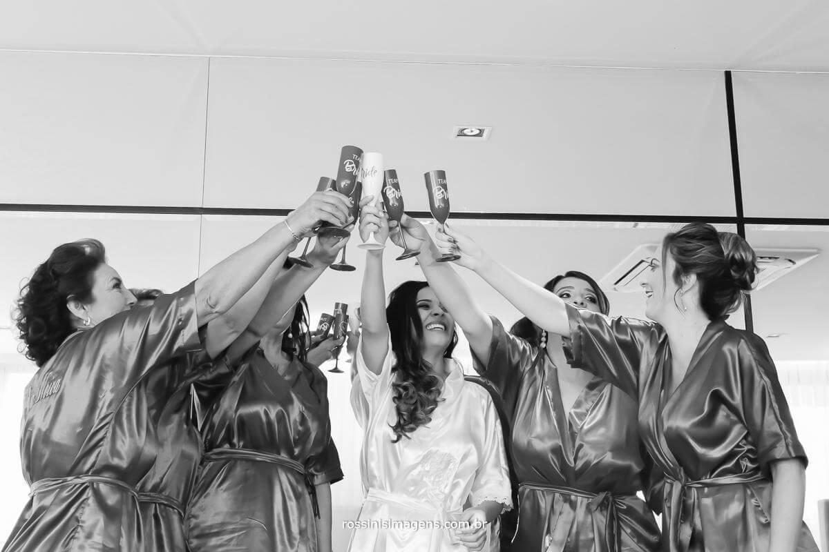 o momento bem marcante é a a hora do brinde onde as madrinhas mae e sogra fazem o desejo de varias felicitações ao casamento, noiva feliz, casamento animado, melhor casamento, casamento do ano,