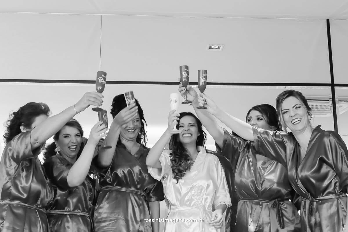 brinde da noiva com as madrinhas, mãe e sogra, momento de descontração, muita alegria e muita felicidade, casamento Thais e Alexandre