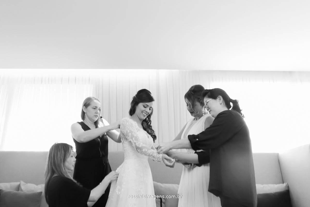 noiva e suas ajudantes, dia da noiva, preparação para o casamento, noiva colocando o lindo vestido, Rossinis Imagens - Fotografia e Video de Casamento