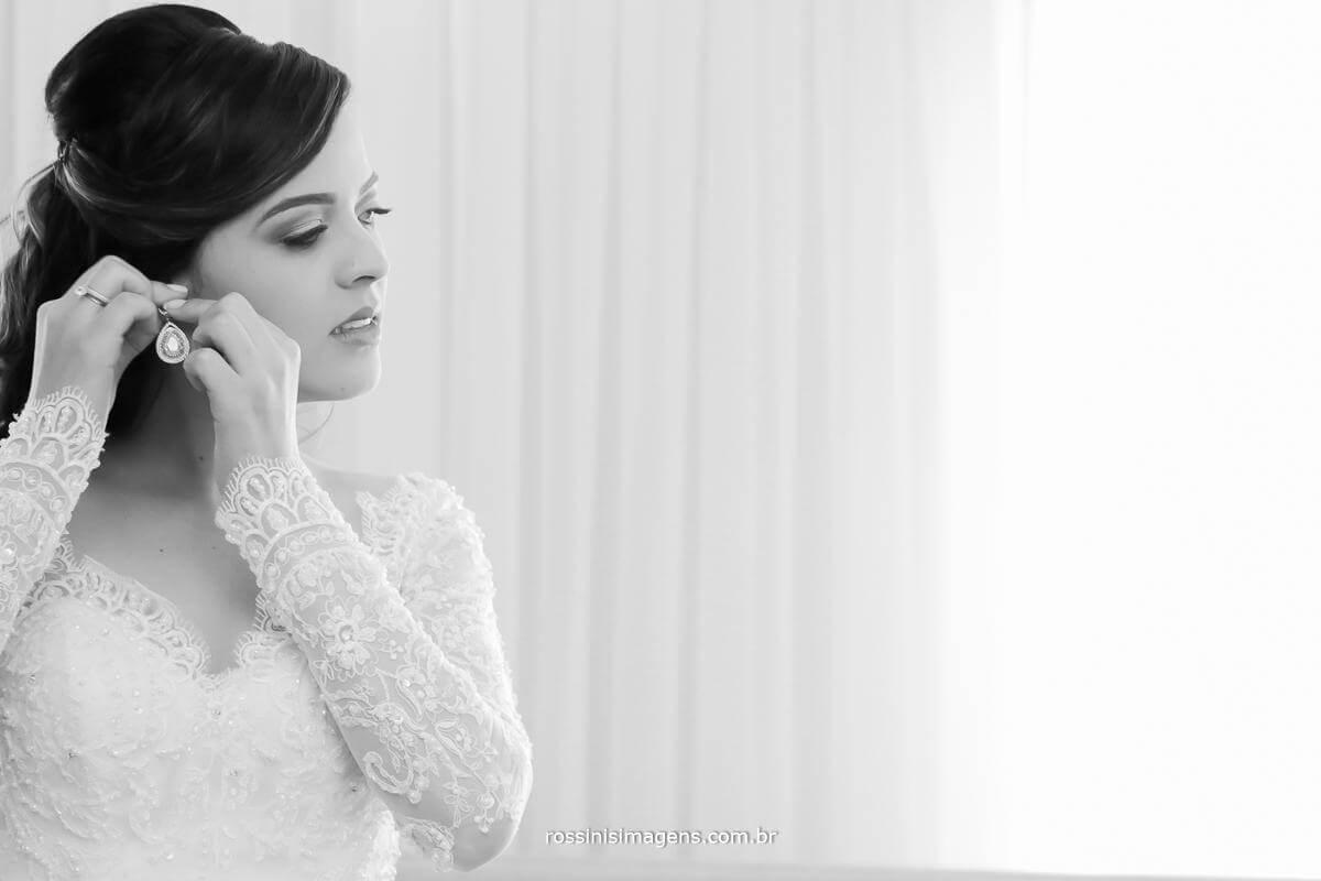 noiva colocando o brinco, cada detalhes no seu tempo, e todos no tempo de deus, noiva feliz fotografo de família, fotografo de casamento de família feliz, Rossinis Imagens - Fotografia e Video de Casamento