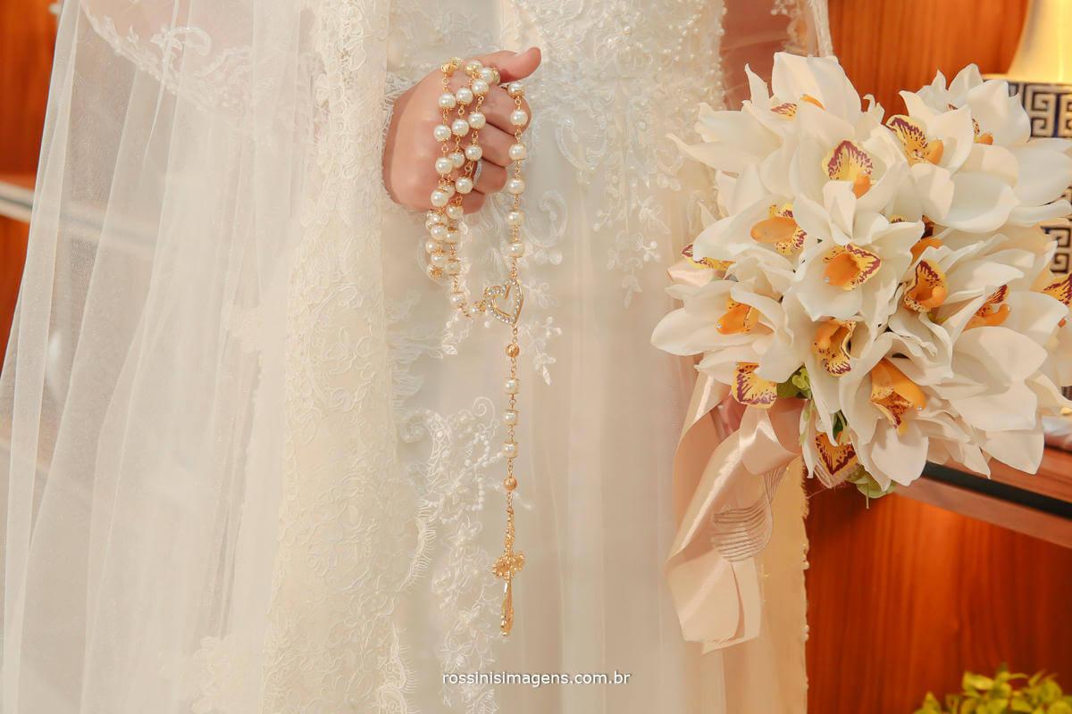 foto da noiva ansiosa para a cerimonia de casamento, noiva pronta para o casamento, buquê e crucifixo, Rossinis Imagens - Fotografia e Video de Casamento