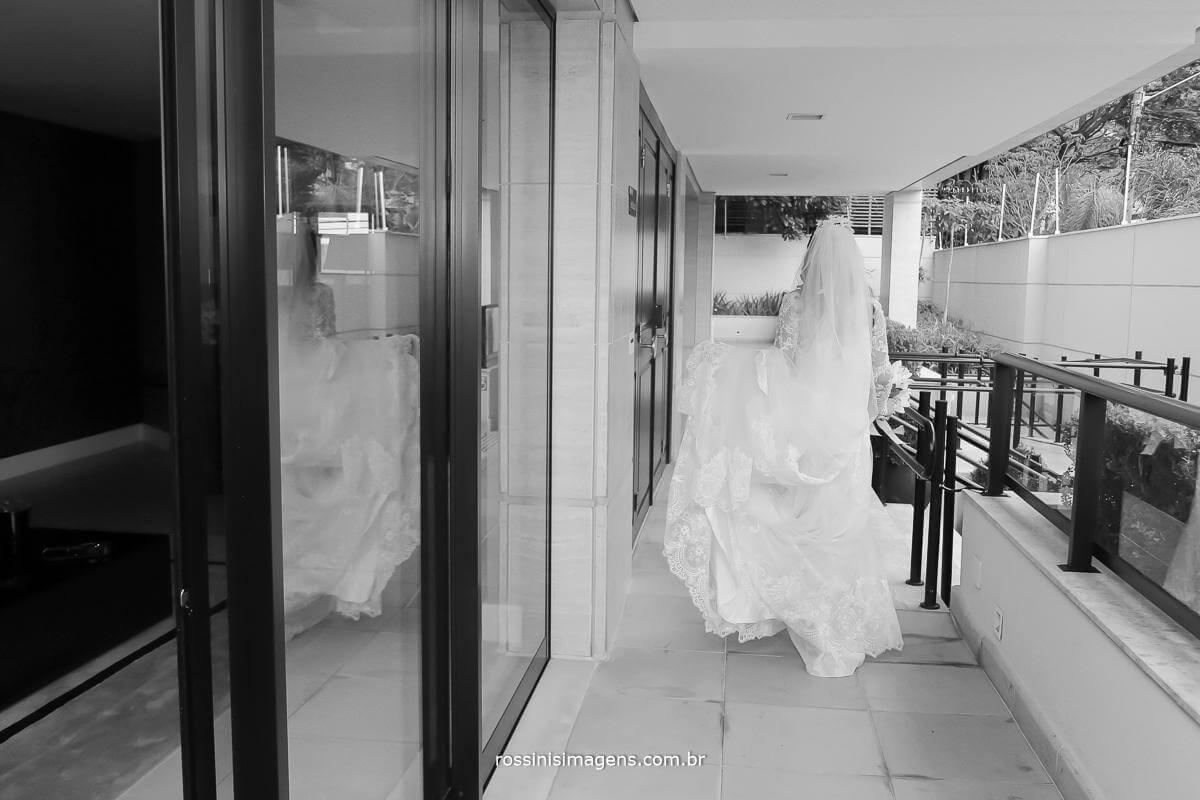 fotografia de casamento noiva descendo a escada sozinha, saindo do making of para a cerimonia, Thais e Alexandre