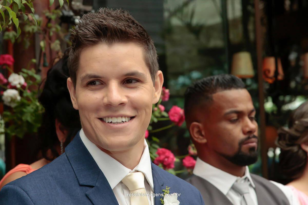 imagem de fotografia de noivo esperando a noiva no altar, muito feliz e contente, ao receber uma linda mensagem gravada pela noiva e exibida antes da sua entrada, noivo Alexandre, wedding day, era uma vez um chalezinho no morumbi