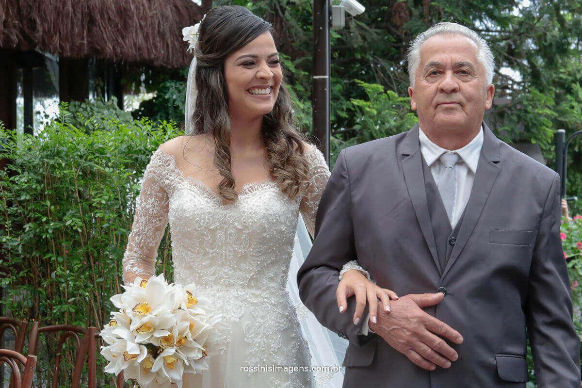 entrada da noiva o momento mais espera da noiva a sua entrada ao som de clarim anuncia que vem a entrada da noiva com seu pai, noiva feliz e sorridente, deslumbrante e arrasando, Rossinis Imagens - Fotografia e Video de Casamento