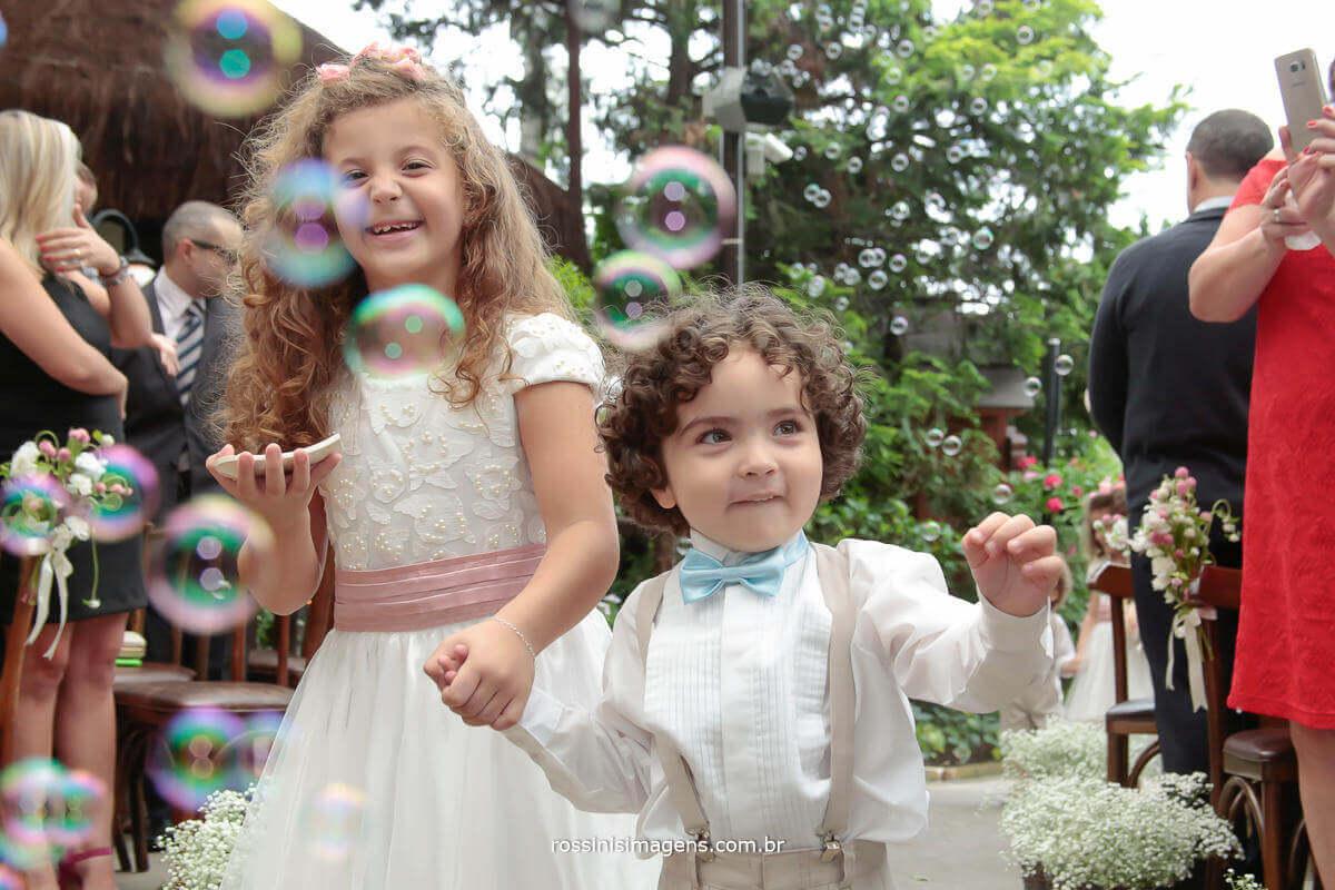 entrada das crianças trazendo as alianças, felizes e contentes, com muita bolha de sabão