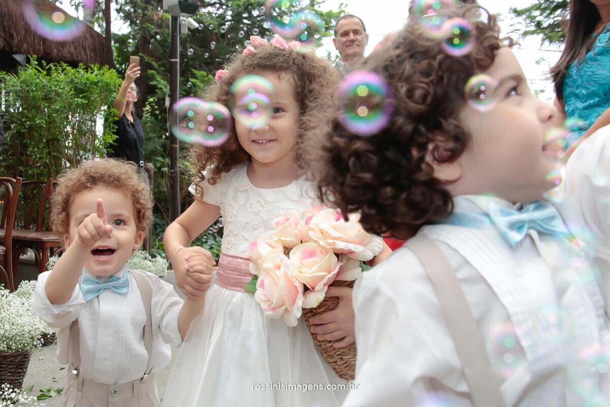 bolha de sabão para a entrada das crianças que trazem as alianças