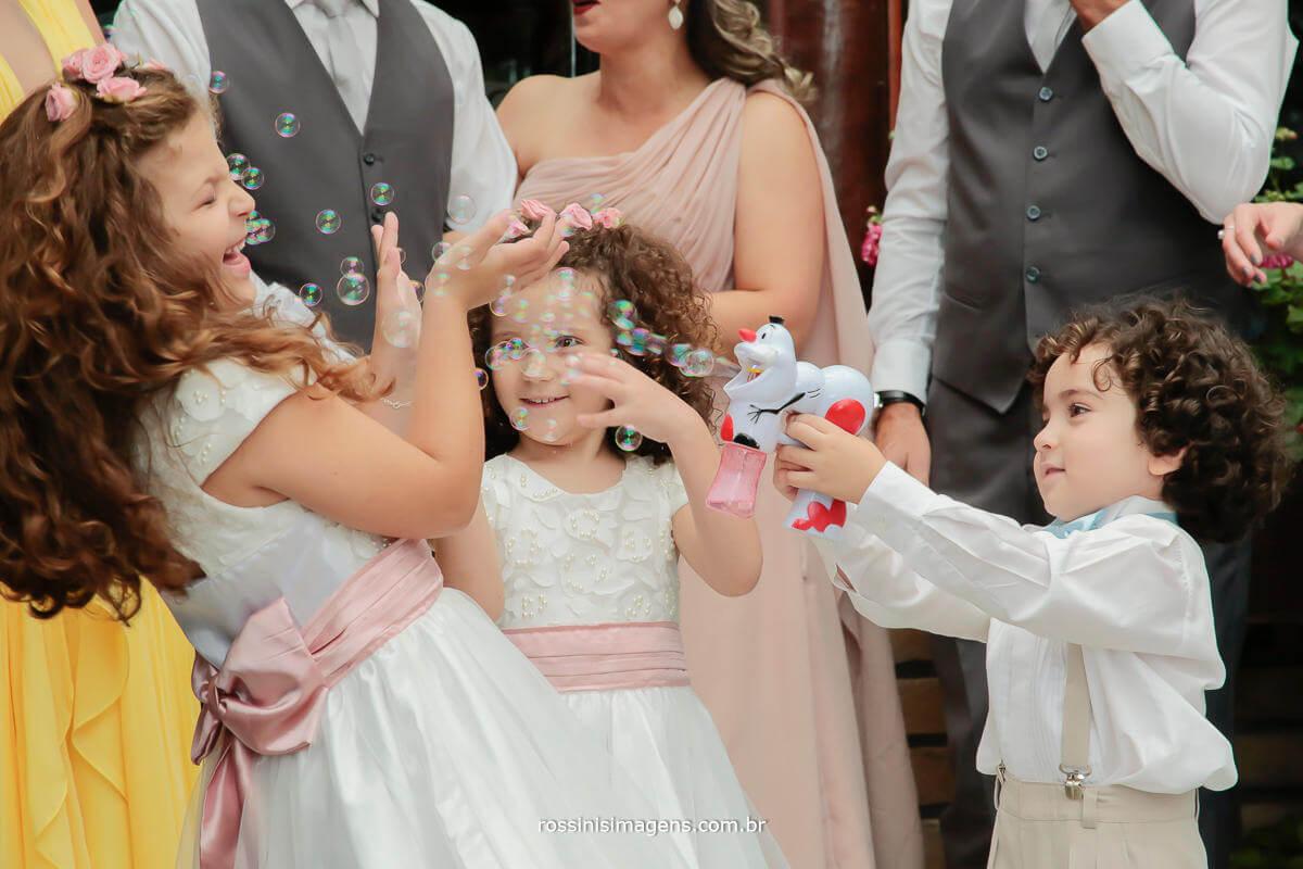 crianças brincando com bolinha de sabão, crianças felizes no casamento, brincando com bolinha de sabão