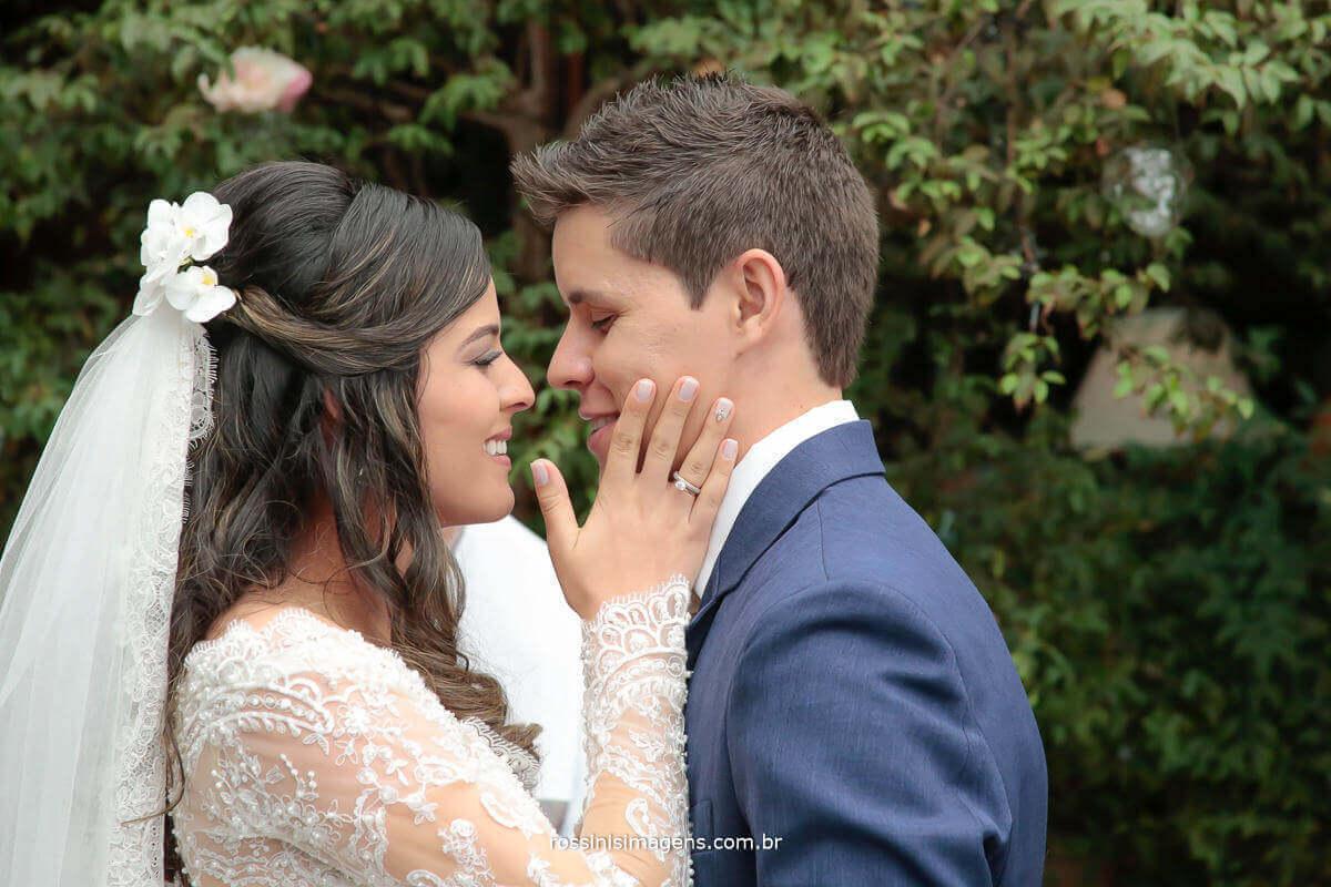 então casados homem e mulher, esposa e esposo, pode beijar a noiva, primeiro beijo de casados