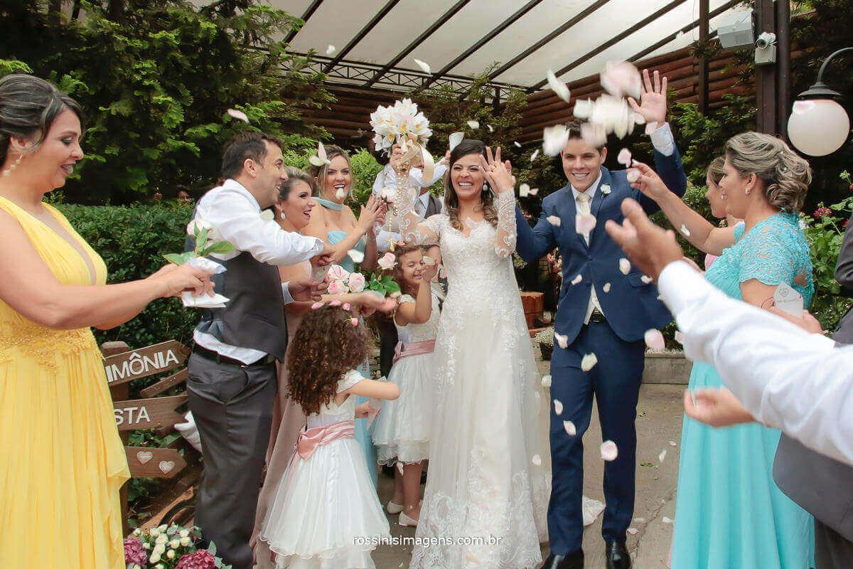 saída dos noivos animados com chuva de pétalas, bolinha de sabão, noivos felizes, casamento feliz, casamento lindo, Fotografia de Casamento - rossinis Imagens, Filmagem de Casamento - Rossinis imagens