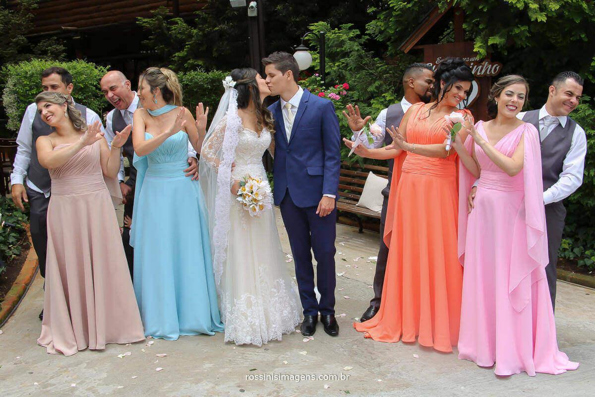 fotografia de casamento, noivo e noiva se beijando e padrinhos e madrinhas fazendo cara de estranha, Fotografia de Casamento - rossinis Imagens, Filmagem de Casamento - Rossinis imagens