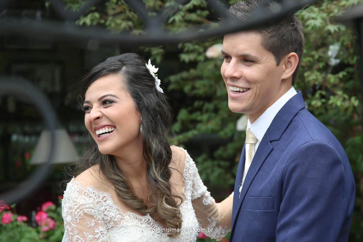 foto de casal sorrindo olhando para o lado esquerdo, Fotografia de Casamento - rossinis Imagens, Filmagem de Casamento - Rossinis imagens