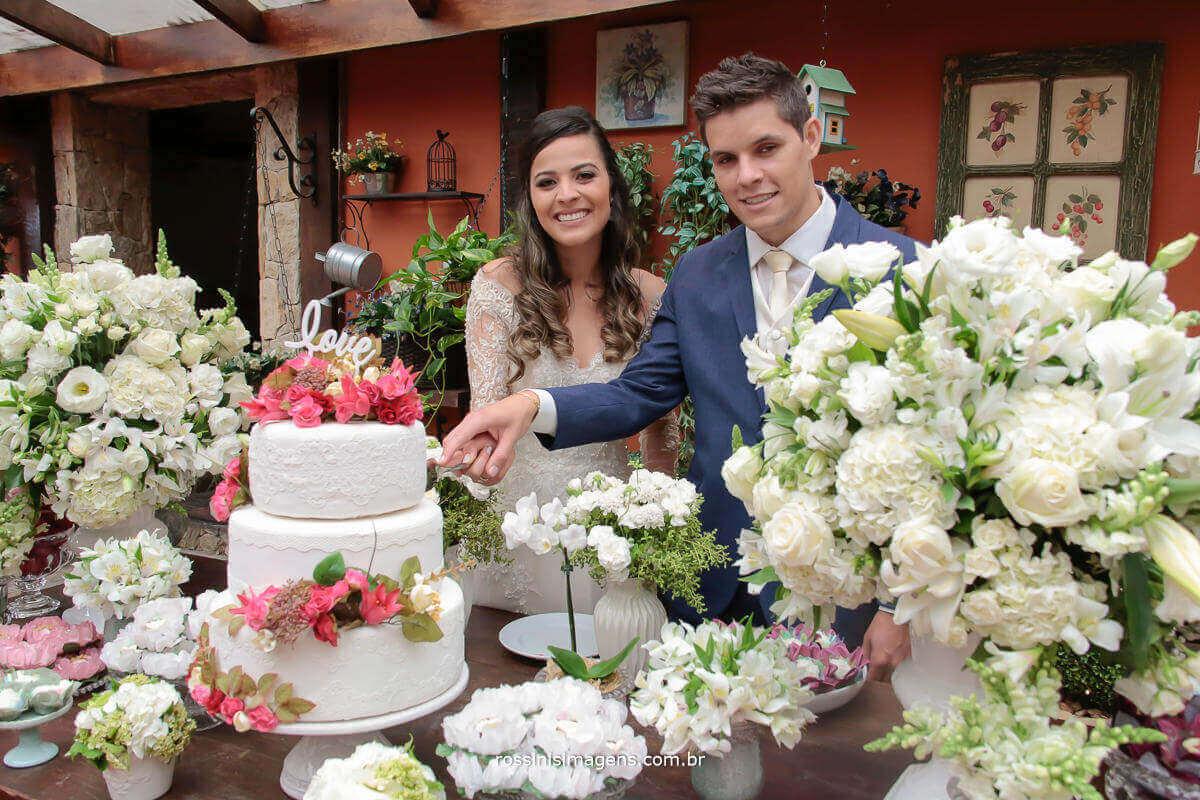 fotografia de casamento noivos cortando o bolo, um lindo e super bolo red velvet , topo do bolo, bolo de casamento, topo de bolo de casamento