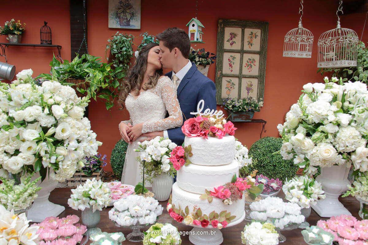 fotografia de casamento, noivos na mesa do bolo, Rossinis Imagens - Fotografia e Video de Casamento