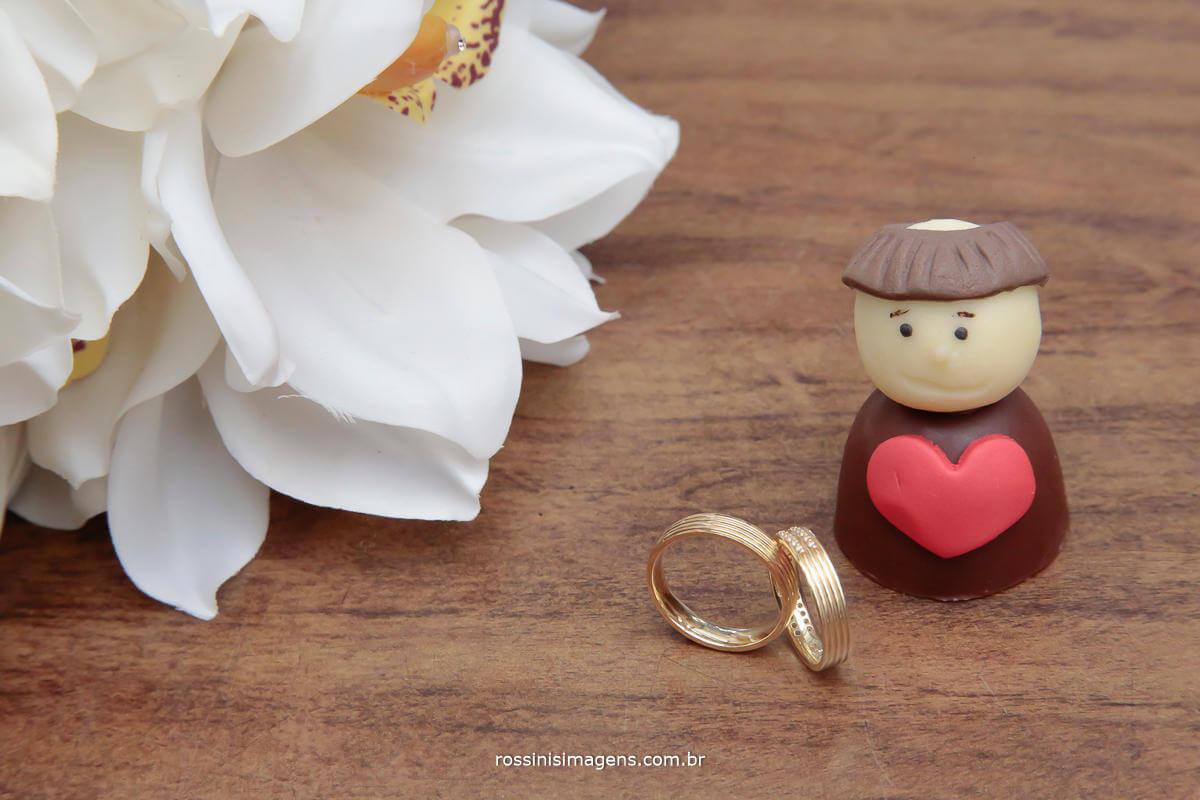 fotografia de casamento, alianças com o buquê e o santo antônio