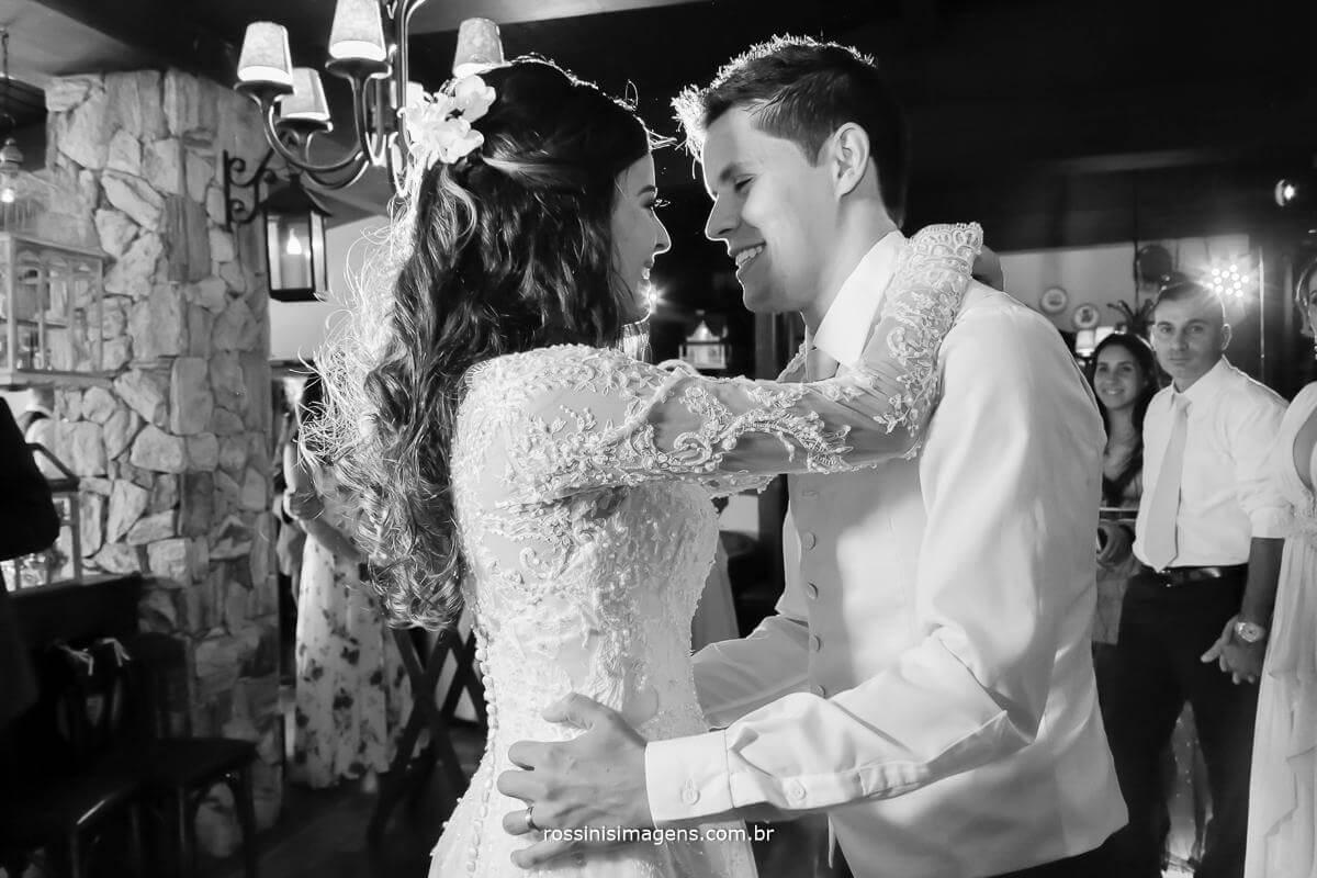 fotografia de casamento noivos na pista de dança, dança dos noivos, balada dos noivos, Rossinis Imagens - Fotografia e Video de Casamento