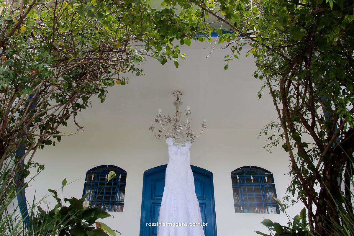 vestido branco da noiva no espaço vale azul mogi das cruzes
