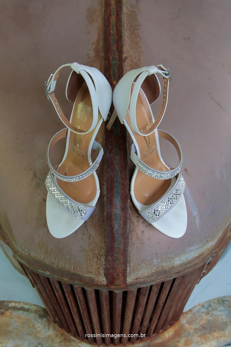 lindo sapato da noiva, casamento no campo
