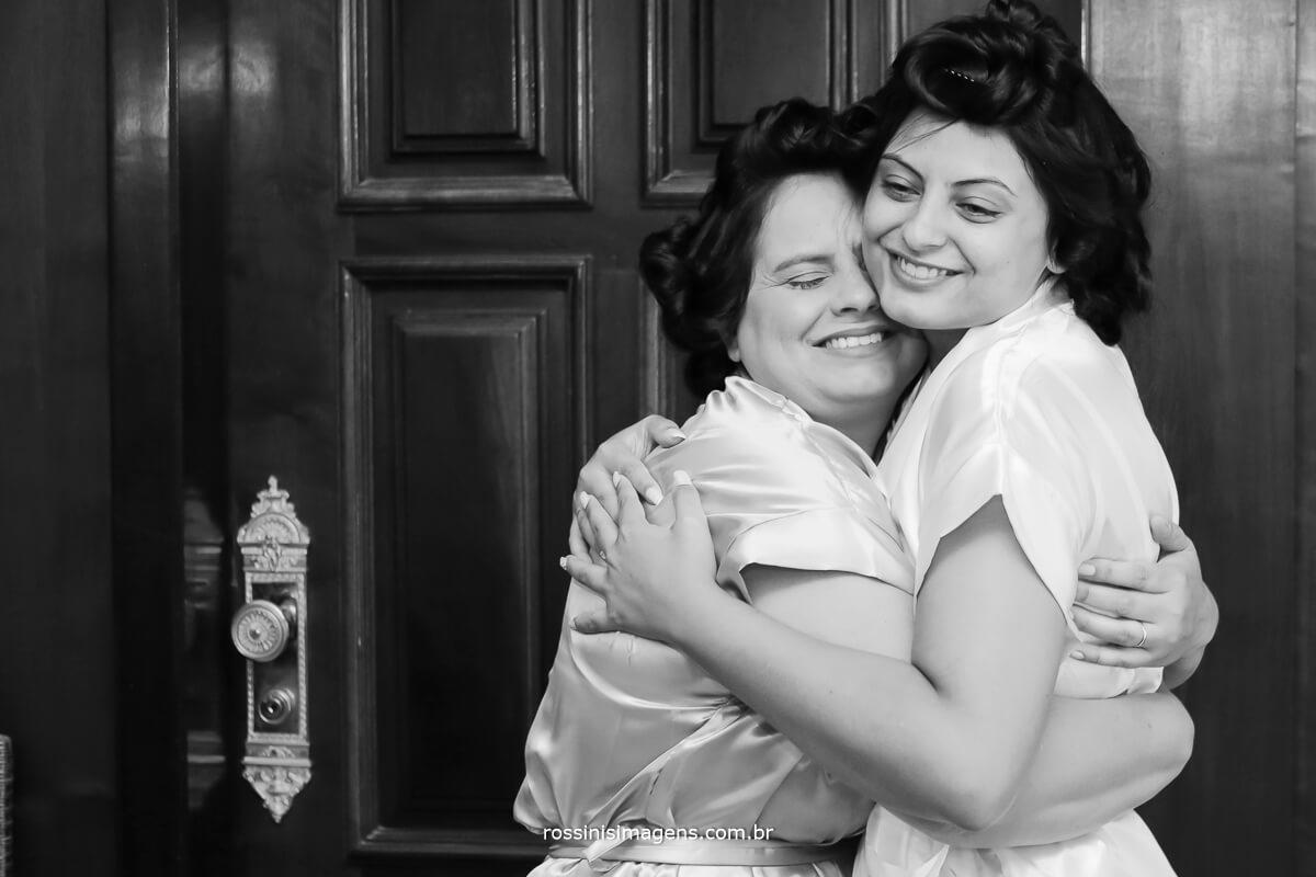 mae e noiva juntas muito amor no dia do casamento,