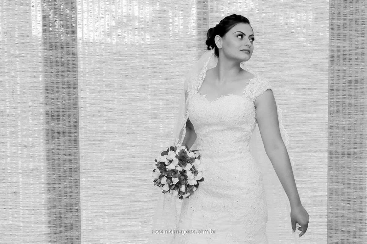 fotografia pb de noiva no casamento modelo, capa de revista noivas