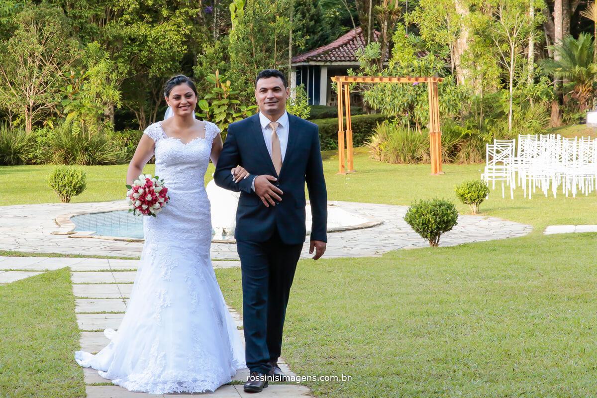 casamento de dia, dia lindo, entrada da noiva com seu pai e o lindo buquê