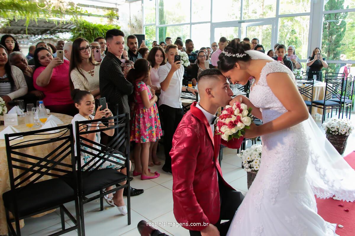 casamento de dia, noivo de joelhos para receber a noiva no altar