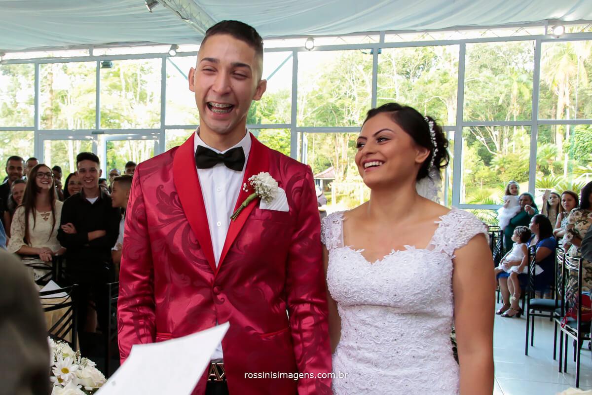 noivos felizes com um lindo sorriso no rosto