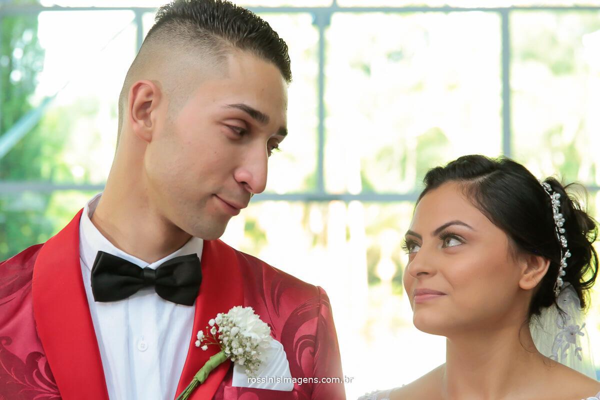 olhar envolvente do noivo para a noiva, rossinis imagens fotografia e video