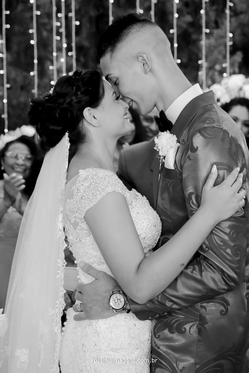 o tão esperado beijo de casados, felicidade aos noivos, casamento em mogi das cruzes